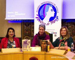 Olalla García, escritora y periodista, frente a sus obras junto con las organizadoras de la asociación de Mujeres Progresistas de Alcalá.