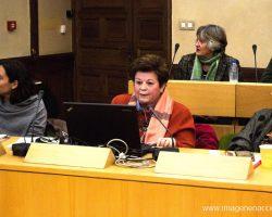 La historiadora Evangelina Muñoz Santos (centro) durante su ponencia sobre la vida cultural en los conventos de Alcalá.