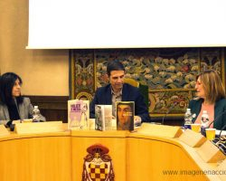 Adoración Pérez (izquierda) directora de la Unidad de Igualdad de la Universidad de Alcalá, Javier Rodríguez Palacios (centro) alcalde de Alcalá y Julia Pérez Correa (derecha) presidenta de la asociación Mujeres Progresistas, durante la clausura del seminario.